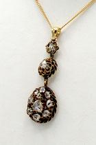 14 Karaat gouden hanger bezet met ruim 1.0 karaat roosgeslepen diamant aan 18 karaat gouden collier.