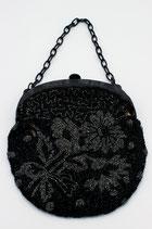 Antieke zwart-zilveren kralentas aan bakelieten beugel met ketting, ca.1880.