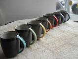 Kaffeebecher mit farbigem Henkel