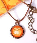 Halskette mit Anhänger, Schmetterling, Gold auf Braun