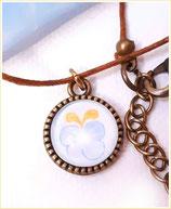 Halskette mit Anhänger, Schmetterling, Dunkelblau auf Hellblau