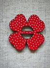 Knopf Blume mit Schlitz rot
