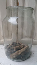 Oude glazen vaas met drijfhout