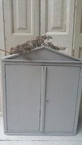 Oud gereedschapskastje grijs