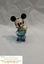 Micky Maus im Hochstuhl mit Milchflasche