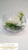 Kurze Vase mit weißer Rose