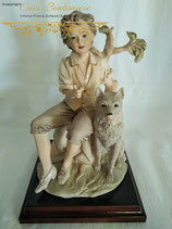 Skulptur eines Jungen mit Hund