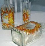 Botellas de vidrio pintado.
