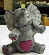 Elefant Nico sitzend