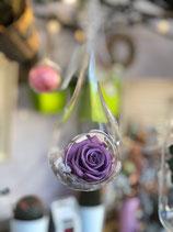 Gota colgante con rosa preservada