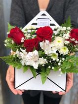 Caja sobre repleta de flores y rosas XL
