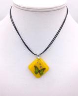 Pendentif en résine jaune, image papillon