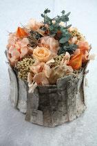 Birkenrinde mit konservierter Rose und Hortensien