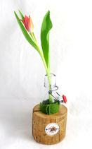 Blumenvasenhalter aus Altholz mit Glasflasche und Filzbanderole