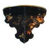 Wandpodest mit floraler Dekoration