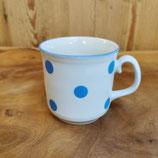 Tasse mit blauen Pünktchen