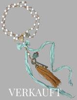 THE *MAGIC* KEY - vergoldete Halskette mit Fluorit, Süßwasserperlen, Marienmedaillon, Schlüssel & Seide