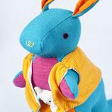 Känguru Sophie - Hellblau mit oranger Weste
