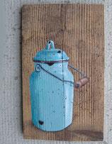 Blaue Emaille-Kanne auf Fichte