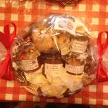 Korb klein mit Marmelade und Likör in Folie verpackt-- Korb 3