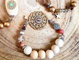 Bracelet gros médaillon filigrané doré perles bois et vieux rose
