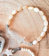 Bracelet grain de riz nacre et grande croix strassée