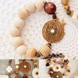 Bracelet de grosses perles bois  et centre en métal laqué et estampe café