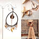boucles d'oreilles en créoles ovales et perles de nacre écru et caramel