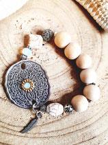 Bracelet  écru grosses perles  bois naturel et plaque métal