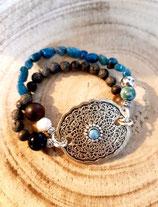 Bracelet bleu avec estampe centrale en métal