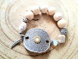 Bracelet écru et argent avec grosses perles de bois naturel et pièce centrale en métal estampé
