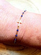 Bracelet en chaîne dorée acier inox perlée bleu nuit et croix dorée