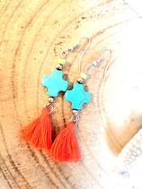 Boucles d'oreilles pompon fluo corail et croix turquoise