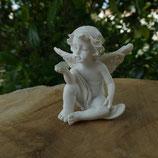 Chérubin assis avec pierre claire N° 2
