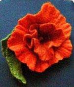 Orange Filzblüte mit Blatt, Anstecker mit Broschierung