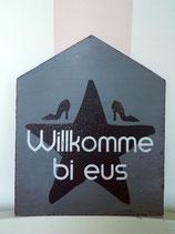 "Holzschild Hausform ""Willkomme bi eus"""
