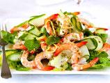Garnelenspieß mit Salat
