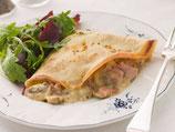 Pfannkuchen, gefüllt mit Champignon-Sahnesauce und Salat