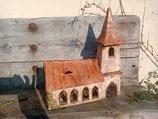 KIrche mit gotischen Fenstern
