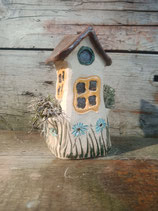 Keramikhäuschen mit braunem Dach