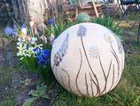 große Dekokugel mit Blumen in weiß und blau, bald wieder vorrätig