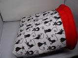 Kuschelsack,  schwarze Yoga-Katzen auf weißem Untergrund, Innenseite Fleece, kirschrot