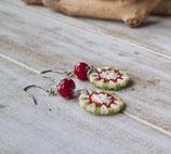 Zwirnknopf-Ohhringe grün-weiß-rot mit Glasperlen
