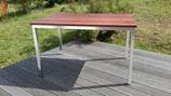 Tisch aus Edelstahl und Mahagoni