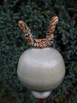 Keramik Rosenkugel beige mit kleinem Ästchen, frostfest, für Stab