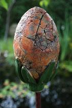 Keramikbeere für Stab frostfest orange-rötliche Oberfläche mit grünem Blätterkranz