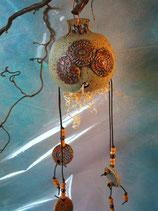 Insektenkugel aus Keramik unglasiert beidseits Applikationen und Gehänge aus Holzperlen und Keramikplättchen