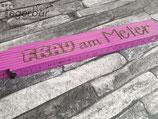 Holzmeter Violett: Frau am Meter