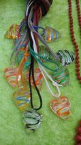 Glasherz mit Spiralen an Lederband