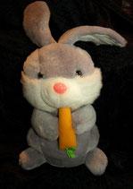 Hase / Bunny frisst  Möhre wenn man an den Ohren zieht